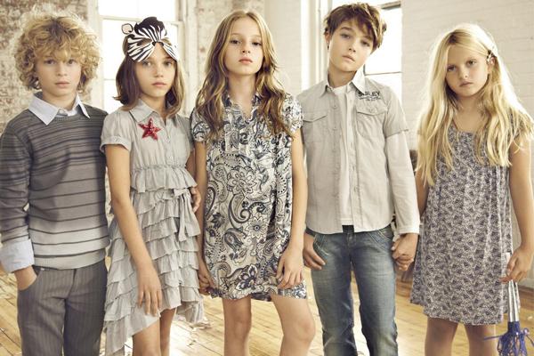 """Новая коллекция от Sisley young, весна - лето 2011.  Она выражает настроение и характер, подчёркивает стиль. Стиль одежды подбирают родители, но даже вПодобрать стиль и цвет детской одежды. Код для вставки. div style= """"background:fff..."""