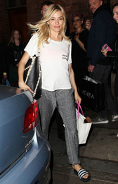 Сиенна Миллер в футболке Everlane, шлепанцах adidas и с сумкой Proenza Schouler в Лондоне