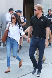 Меган Маркл в рубашке Misha Nonoo и джинсах Mother Denim и принц Гарри на «Играх непокорённых» в Торонто