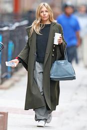 Сиенна Миллер с сумкой Prada в Нью-Йорке