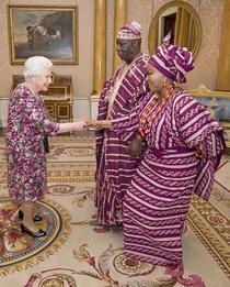 Королева Елизавета II на встрече с верховным комиссаром Нигерии Джорджем Огунтаде и его женой в Букингемском дворце