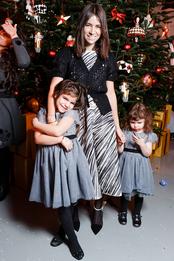 Наташа Гольденберг в платье Vika Gazinskaya и туфлях Calvin Klein с дочерьми Мишей и Женей на елке журнала Tatler в Москве