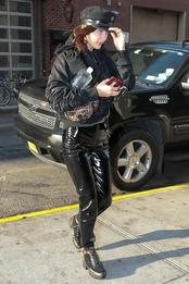 Белла Хадид в ботильонах Louis Vuitton и кепке Chrome Hearts в Нью-Йорке