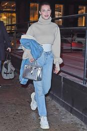 Белла Хадид в кроссовках Balenciaga и с сумкой Herms в Нью-Йорке