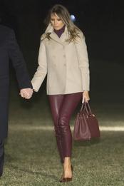 Мелания Трамп в брюках Helmut Lang, пальто Bottega Veneta и с сумкой Herms в Вашингтоне