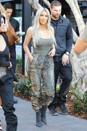 Ким Кардашьян в Yeezy в Лос-Анджелесе