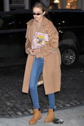 Джиджи Хадид в пальто Max Mara, ботинках Timberland и с сумкой Miu Miu в Нью-Йорке