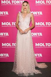 Марго Робби в платье Rodarte и украшениях Messika на премьере фильма «Тоня против всех» в Париже