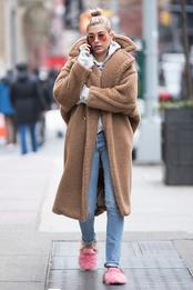 Хейли Болдуин в пальто Max Mara и слиперах Gucci в Нью-Йорке
