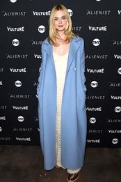 Эль Фэннинг в The Row на специальном показе фильма «Алиенист» на кинофестивале «Санденс»