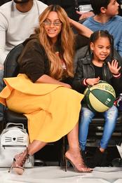 Бейонсе в юбке Jacquemus и туфлях Gianvito Rossi с дочерью Блю Айви Картер на игре NBA
