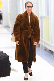 Алисия Викандер в аэропорту Нью-Йорка