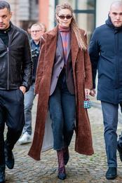 Джиджи Хадид с сумкой Fendi в Милане