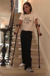 Виктория Бекхэм в футболке Victoria Beckham в Лондоне
