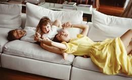 Наташа Гольденберг и ее дочки поздравляют с 8 Марта