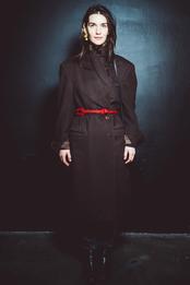 Мари Коберидзе в пальто Giorgio Armani и серьгах Exclaim на выставке в «Цветном»