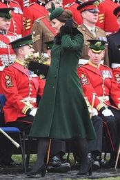 Кейт Миддлтон в пальто Catherine Walker и туфлях Tod's на параде Первого батальона Ирландской гвардии в Лондоне