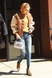 Джиджи Хадид в бомбере Maje x Schott и с сумкой Valentino в Нью-Йорке