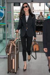 Дженнифер Коннелли с сумками Louis Vuitton в аэропорту Ниццы