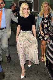 Эмилия Кларк в туфлях Christian Louboutin в Нью-Йорке