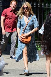 Сиенна Миллер с сумкой Mansur Gavriel в Нью-Йорке