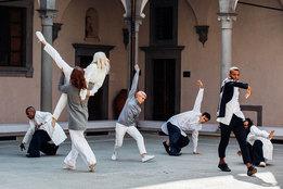 Одежда COS — в танцевальной постановке Уэйна Макгрегора