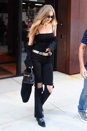 Джиджи Хадид с сумкой Versace в Нью-Йорке