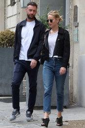 Кук Марони и Дженнифер Лоуренс в очках Ray-Ban и с сумкой Dior в Париже