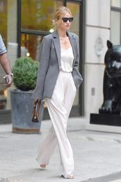 Рози Хантингтон-Уайтли в блузе и брюках The Row, блейзере Georgia Alice, подвеске и очках Cline, с сумкой Gucci в Нью-Йорке