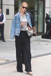 Рози Хантингтон-Уайтли в джинсовке Goldsign, брюках Rick Owens, подвеске и очках Cline, с сумкой Versace в Нью-Йорке
