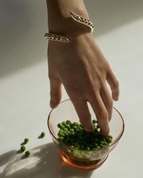 Диковинные бобы и баклажаны в украшениях Anne Manns