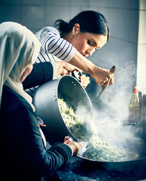 Как Меган Маркл готовит для принца Гарри пасту из авокадо