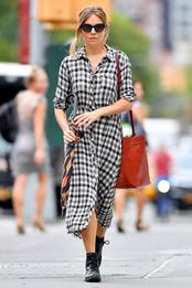 Сиенна Миллер в платье Zara в Нью-Йорке