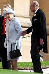 Королева Елизавета II и принц Филипп на свадьбе принцессы Евгении и Джека Бруксбэнка в Виндзорском замке