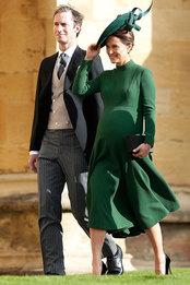 Пиппа Миддлтон в Emilia Wickstead и Джеймс Мэттьюс на свадьбе принцессы Евгении и Джека Бруксбэнка в Виндзорском замке
