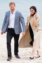 Принц Гарри и Меган Маркл в платье Club Monaco, тренче Martin Grant и туфлях Rothy's на пляже в Мельбурне