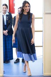 Меган Маркл в платье Roksanda и туфлях Stuart Weitzman в школе для девочек в Сиднее