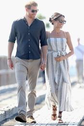 Принц Гарри и Меган Маркл в платье Reformation, сандалиях Sarah Flint и очках Karen Walker на острове Фрейзер