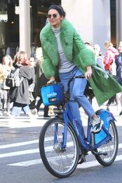 Кендалл Дженнер в пальто Saks Potts в Нью-Йорке