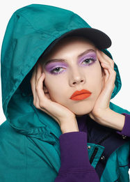 Спортивный костюм и яркий макияж — модный дуэт на осень