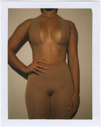 Ким Кардашьян предлагает носить тейпы вместо бюстгальтера