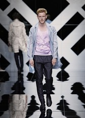 ...брюкам и классическим пиджакам предлагаются объёмные парусиновые...